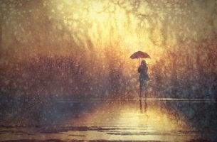 Mujer sola bajo la lluvia