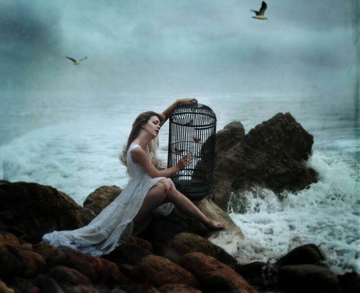 Mujer al lado del mar sentada sufriendo