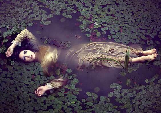 Mujer tumbada agua río