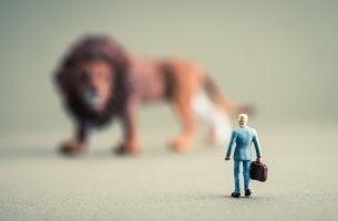 Muñeco frente a un león representando miedo irracional a los animales