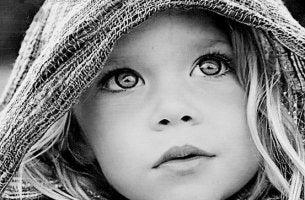 niño con ojos expresivos