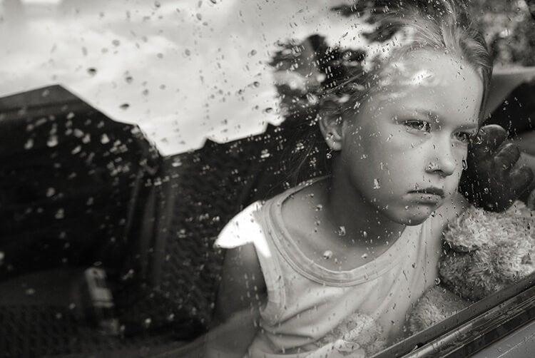 Niño tras un cristal
