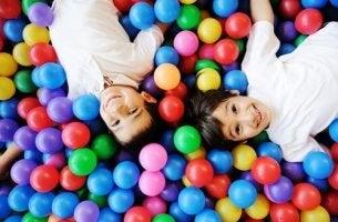 Niños entre juegos en un parque de bolas