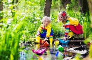 Niño jugando con su hermana