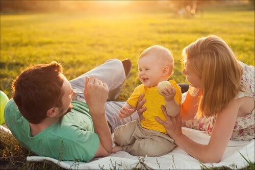 Bebé con sus padres en el campo