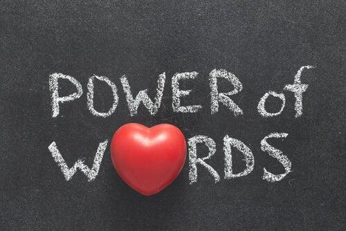 Cartel con frase en inglés que dice el poder de las palabras
