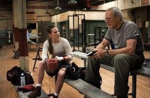 Chica boxeadora hablando con su entrenador