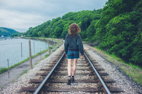 Chica esperando tren