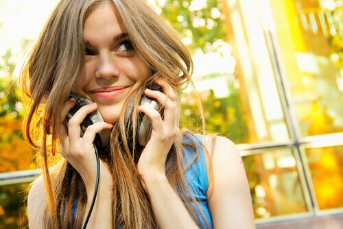 Chica joven escuchando música