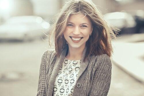 Chica joven sonriendo