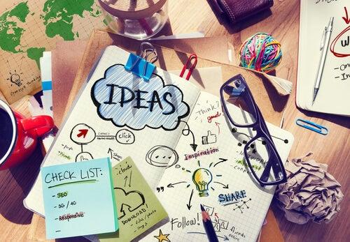 Escritorio lleno de hojas con ideas