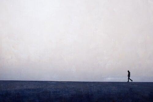 Hombre andando por el horizonte
