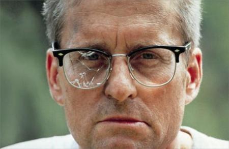 Hombre con los cristales de las gafas rotos