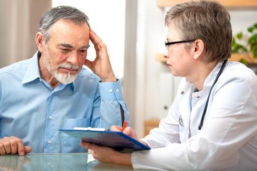 Hombre consultando con su medico sus olvidos