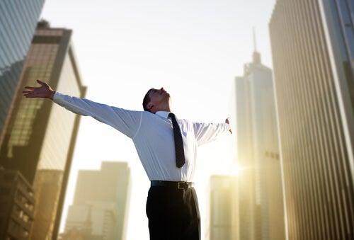 Hombre con feliz con su trabajo