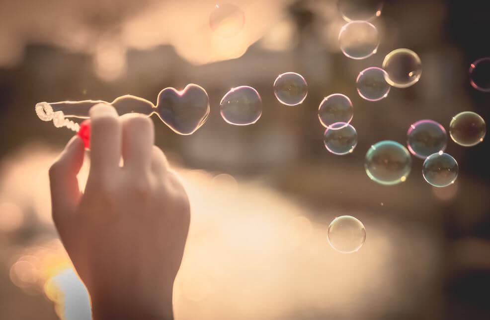 Mano creando burbujas