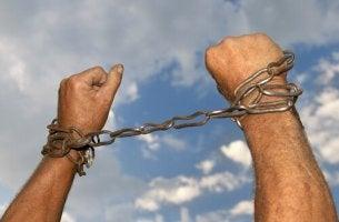 Autocastigo, manos con cadenas