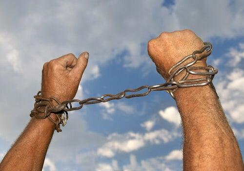 Manos con cadenas