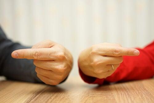 Manos con un dedo señalando