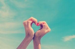 Manos haciendo un corazón