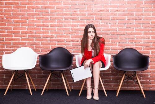 Mujer aburrida sentada