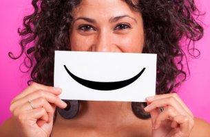 Mujer con un cartel con una sonrisa dibujada