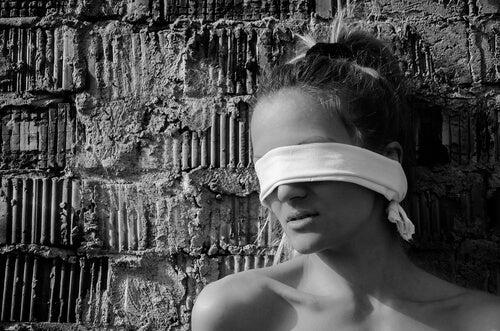 Mujer con una venda en los ojos