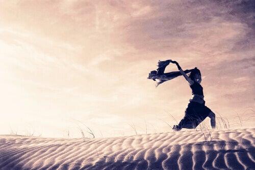 Mujer corriendo por el desierto