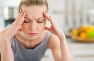 Mujer estresada con las manos en la cabeza