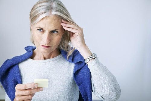 Mujer mayor teniendo un olvido