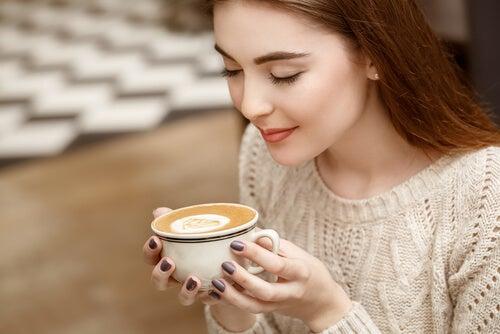 Mujer oliendo café