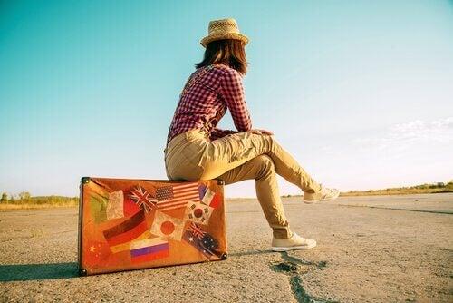 Mujer sentada en una maleta