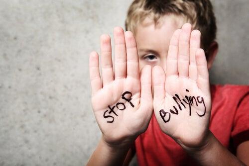 Niño con un mensaje de stop bullying en sus manos