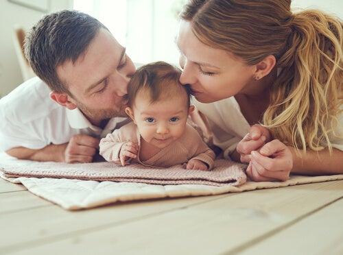 ¿Puede un bebé adaptar su comportamiento a los adultos?