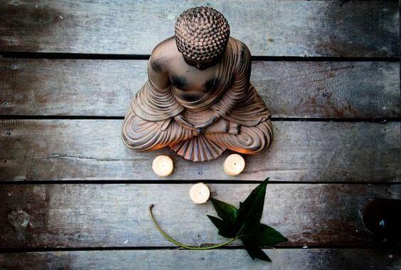 Buda con velas, simbolizando ayuno voluntario