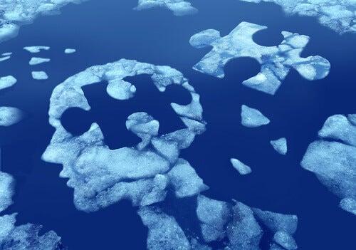 Cerebro en forma de puzzle al que le falta una pieza, representando el deterioro cognitivo leve