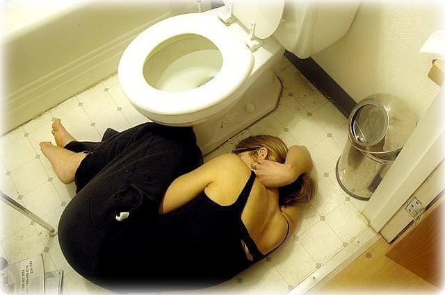 Chica en el suelo con anorexia