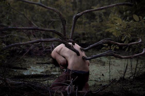 chico con ramas en la espalda