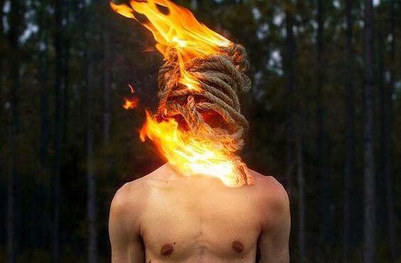 Hombre con fuego en la cabeza