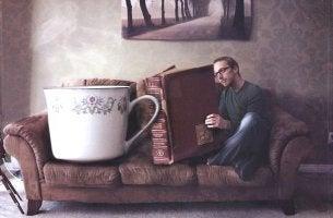 hombre junto a una taza