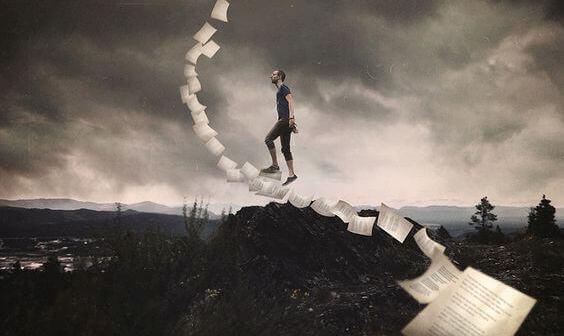 Hombre subiendo unas escaleras de papeles
