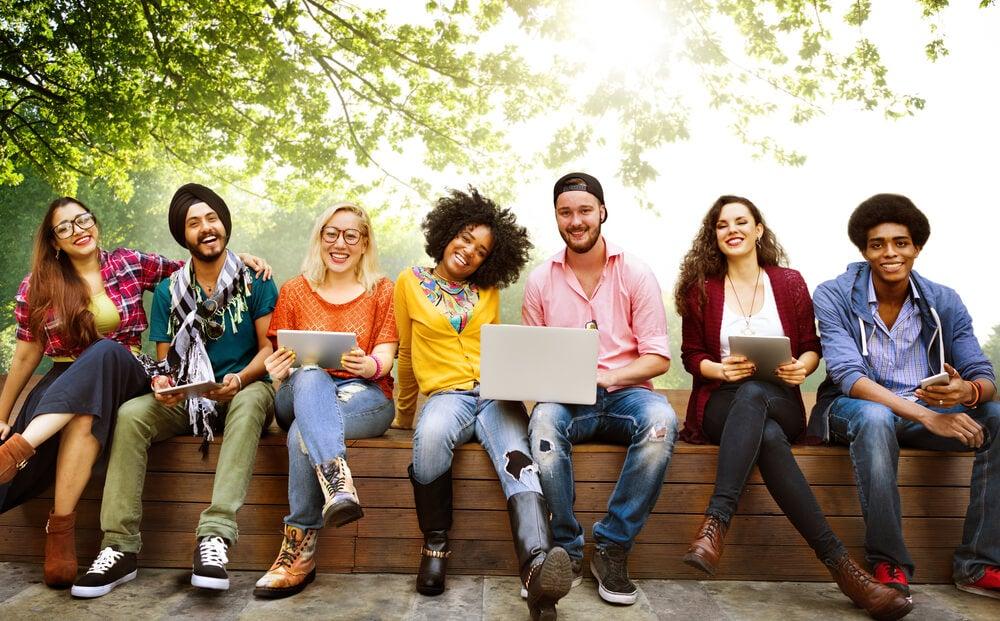 Jóvenes de diferente raza unidos