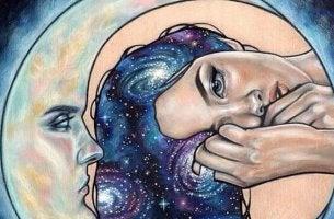 mujer al lado de una media luna