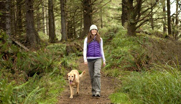 mujer caminando con perro