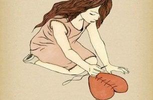 chica cosiendo corazón