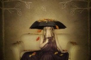 Mujer cubriéndose de las hojas