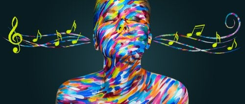 Mujer con sinestesia escuchando música