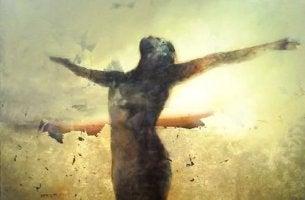Mujer con los brazos abiertos