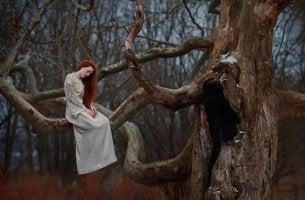 mujer en un árbol