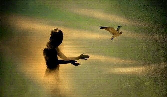 mujer lanzando pájaro